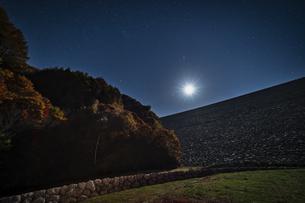 長野県 南相木ダムの月夜の写真素材 [FYI04612376]