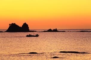朝焼けの荒船海岸に漁船の写真素材 [FYI04612646]