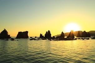 橋杭岩の日の出の写真素材 [FYI04612662]
