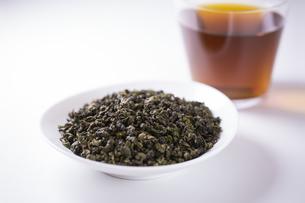 烏龍茶と茶葉の写真素材 [FYI04612668]