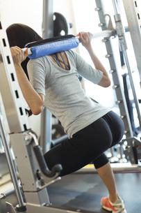 フィットネスジムでトレーニングする女性の写真素材 [FYI04612685]