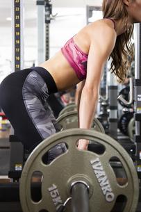 フィットネスジムでトレーニングする女性の写真素材 [FYI04612686]