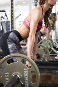 フィットネスジムでトレーニングする女性の写真素材 [FYI04612688]