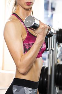フィットネスジムでトレーニングする女性の写真素材 [FYI04612689]