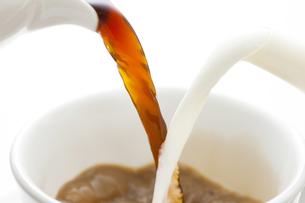 カップに注がれるコーヒーとミルクの写真素材 [FYI04612790]