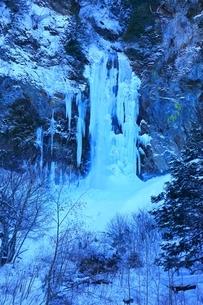 結氷の平湯大滝の写真素材 [FYI04612842]