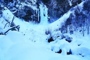 結氷の平湯大滝の写真素材 [FYI04612843]