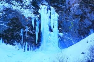 結氷の平湯大滝の写真素材 [FYI04612844]