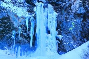 結氷の平湯大滝の写真素材 [FYI04612848]