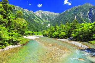 夏の上高地 河童橋より梓川の清流と穂高連峰の写真素材 [FYI04613141]