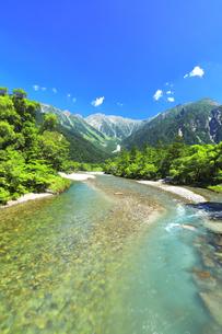 夏の上高地 河童橋より梓川の清流と穂高連峰の写真素材 [FYI04613142]
