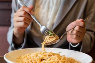 パスタ・スパゲッティをランチで食べる働く女性の写真素材 [FYI04613151]