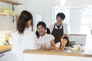 キッチンに立つ4人家族の写真素材 [FYI04613222]
