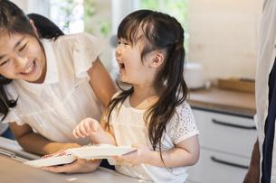 お皿を拭く姉妹の写真素材 [FYI04613237]