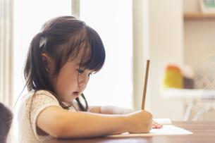 お絵かきをする女の子の写真素材 [FYI04613266]