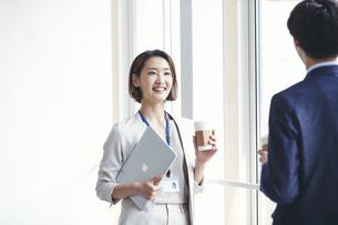 立ち話をするビジネスマンとビジネスウーマンの写真素材 [FYI04613335]