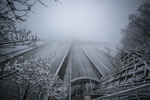 秩父 浦山ダムの雪景色の写真素材 [FYI04613386]