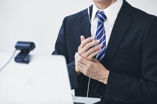 スーツを着た若い男性とパソコンの写真素材 [FYI04613638]