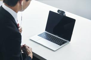 スーツを着た若い男性とパソコンの写真素材 [FYI04613652]