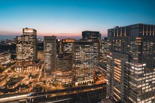 薄暮の東京・大手町の写真素材 [FYI04613699]