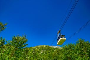 黒部平から見上げ立山ロープウェイの写真素材 [FYI04613787]