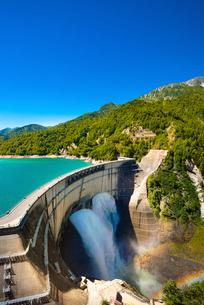 黒部ダムの放水にかかる2重の虹の写真素材 [FYI04613789]