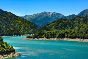 立山連邦に囲まれた黒部湖と遊覧船の写真素材 [FYI04613790]