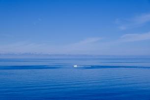 海と青空と漁船の写真素材 [FYI04613882]