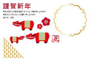 丑年の年賀状 フォトフレーム 牛の置物 イラストのイラスト素材 [FYI04614047]