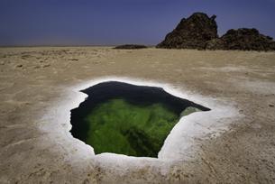 ダナキル砂漠のエメラルドグリーンの泉(エチオピア)の写真素材 [FYI04614075]
