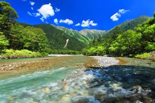 夏の上高地 梓川の清流と穂高連峰の写真素材 [FYI04614258]