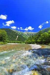 夏の上高地 梓川の清流と穂高連峰の写真素材 [FYI04614264]