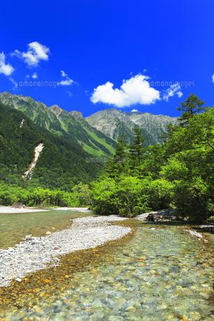 夏の上高地 梓川の清流と穂高連峰の写真素材 [FYI04614265]