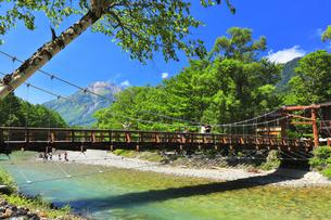 夏の上高地 梓川に河童橋と焼岳の写真素材 [FYI04614266]