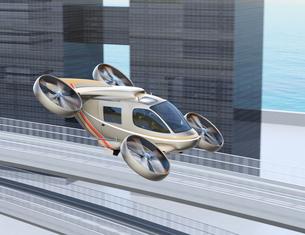 高速道路の上に飛行している空飛ぶクルマのイメージの写真素材 [FYI04614384]