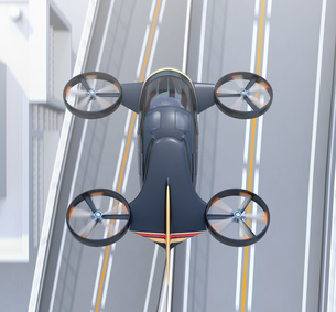 高速道路の上に飛行している空飛ぶクルマのイメージの写真素材 [FYI04614386]