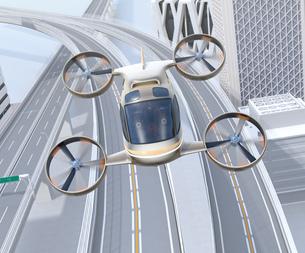 高速道路の上に飛行している空飛ぶクルマの正面イメージの写真素材 [FYI04614388]