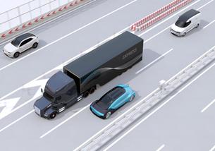 高速道路に走行する大型トラックと電動自動車のイメージの写真素材 [FYI04614398]