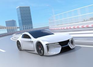 湾岸高速道路のカーブから加速する電動スポーツカーのイメージの写真素材 [FYI04614413]