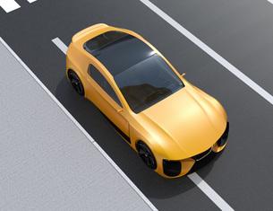 路肩に駐車中の黄色い電動スポーツカーのイメージの写真素材 [FYI04614415]