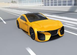 湾岸高速道路に走行する黄色い電動スポーツカーのイメージの写真素材 [FYI04614416]