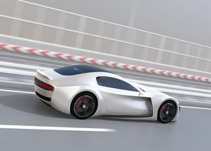 高速道路に走行するシルバーの電動スポーツカーの後部イメージの写真素材 [FYI04614418]