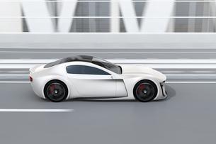 高速道路に走行中の電動スポーツカーのイメージ。オリジナルデザインの写真素材 [FYI04614420]