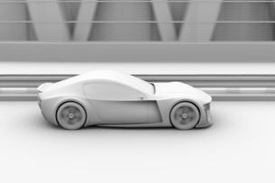 高速道路に走行している電動スポーツカーのクレイレンダリングイメージの写真素材 [FYI04614421]