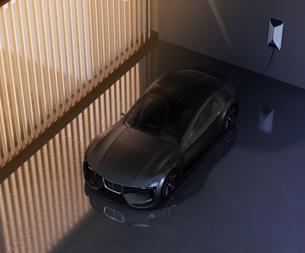 自宅充電スタンドに充電している電動スポーツカーのイメージの写真素材 [FYI04614437]