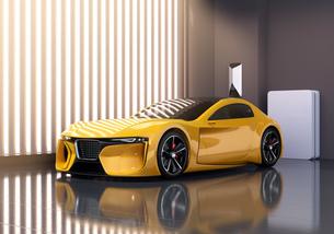 自宅充電スタンドに充電している電動スポーツカーのイメージの写真素材 [FYI04614439]