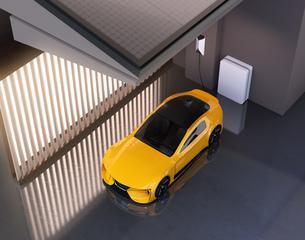 自宅充電スタンドに充電している電動スポーツカーのイメージの写真素材 [FYI04614441]