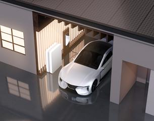 ソーラーパネルが備えて、自宅充電スタンドに充電している電動スポーツカーのイメージの写真素材 [FYI04614444]