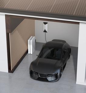 ソーラーパネルが備えて、自宅充電スタンドに充電している電動スポーツカーのイメージの写真素材 [FYI04614446]
