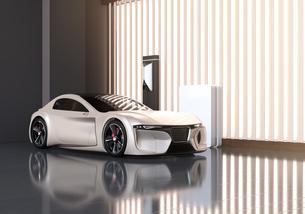 自宅充電スタンドに充電している電動スポーツカーのイメージの写真素材 [FYI04614447]